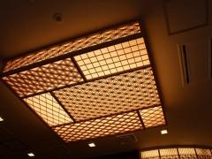 天井照明。