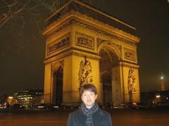 パリ凱旋門前にて